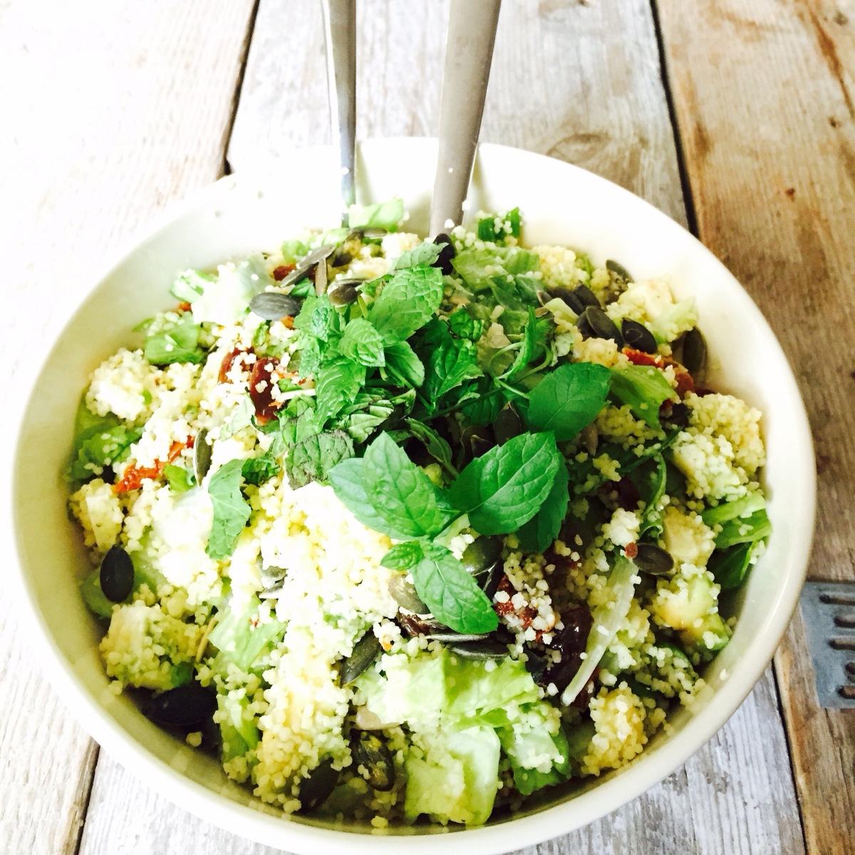 Makkelijke couscous salade met avocado, feta en zongedroogde tomaten