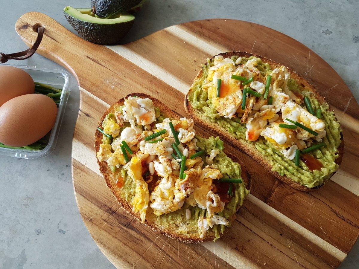 Toast avocado met roerei en chilisaus